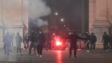 roma-scontri-piazza-popolo-bombe-carta-cassonetti-fiamme