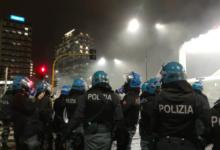 """Photo of Scontri a Milano, lancio di lacrimogeni contro i manifestanti: un poliziotto """"ammazziamoli con fumo"""""""