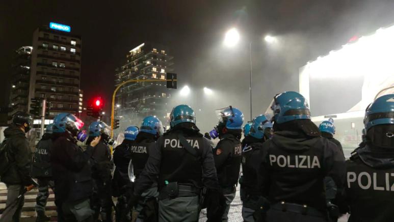 scontri-milano-poliziotto-ammazziamoli-fumo