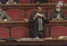 """Photo of Salvini si toglie la mascherina e abbandona il Senato: """"Mentre noi lavoriamo il premier Conte è in tv, mettetevela voi"""""""