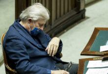 Photo of Vittorio Sgarbi dorme durante il discorso alla Camera del premier Conte