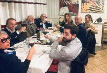 """Photo of Sgarbi contro il Dpcm: la foto della tavolata al ristorante """"Da Giuseppi"""" a Sutri"""