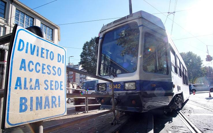 Photo of Torino, martello sui binari fa deragliare tram: nessun ferito