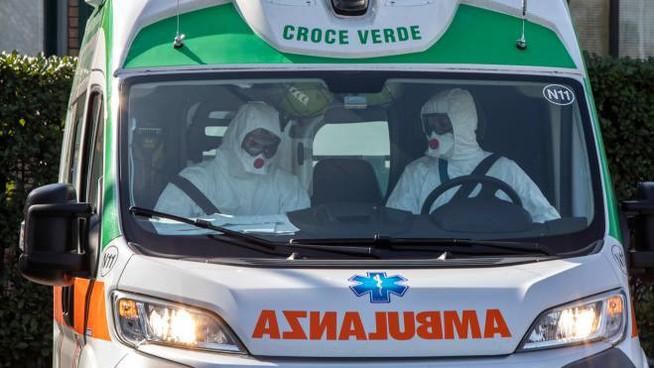torino-negazionisti-seguono-ambulanza-covid-insultano