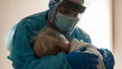 foto-medico-abbraccia-paziente-covid-piange