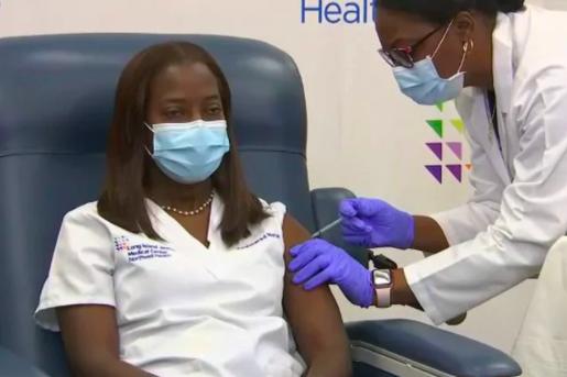 Covid, al via le vaccinazioni negli Usa: prima iniezione a un'infermiera