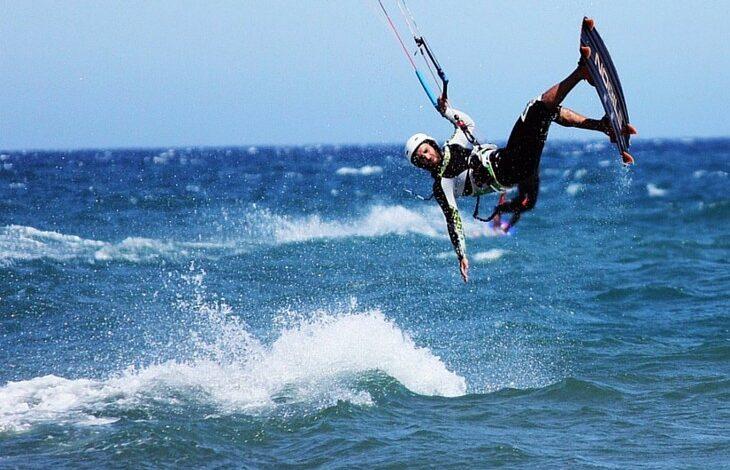 fregene-sollevato-vento-kitesurf-grave-57enne