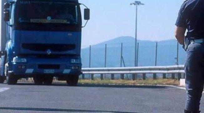 arezzo-camionista-parcheggia-corsia-sorpasso-addormenta-denunciato