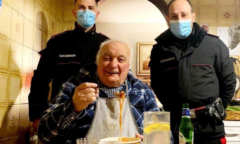 carabinieri-portano-cena-casa-anziano-roma