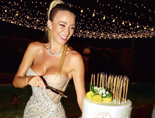 diletta-leotta-compleanno-donne-lampadario